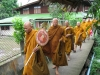 Mniši v jednom z bangkokských chrámů