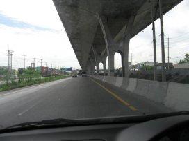 Nadzemní dálnice (ze spodu)