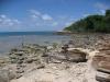 Místy je pobřeží ostrova Ko Samet hodně skalnaté