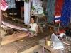I děvčátka si vydělávají tkaním a pózováním turistům