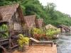 Ubytování v chatkách na vorech v národním parku Sai Yok