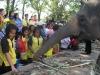 Každý se snaží slonovi nabídnout nějakou lahůdku