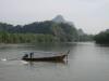 Lodí s dlouhým ocasem lze jet na prohlídku zálivu Phang Nga