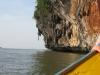 Skály vystupují prudce z vody (záliv Phang Nga)